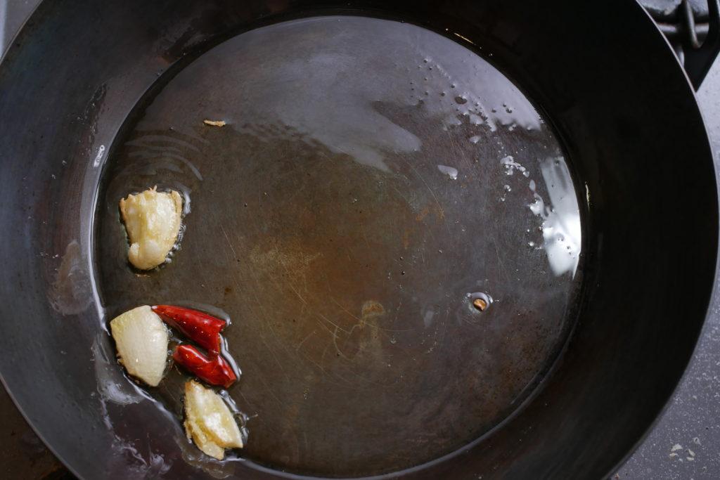 オリーブオイルでにんにくと唐辛子の香りを出す