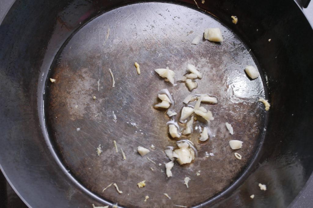 にんにくを炒める