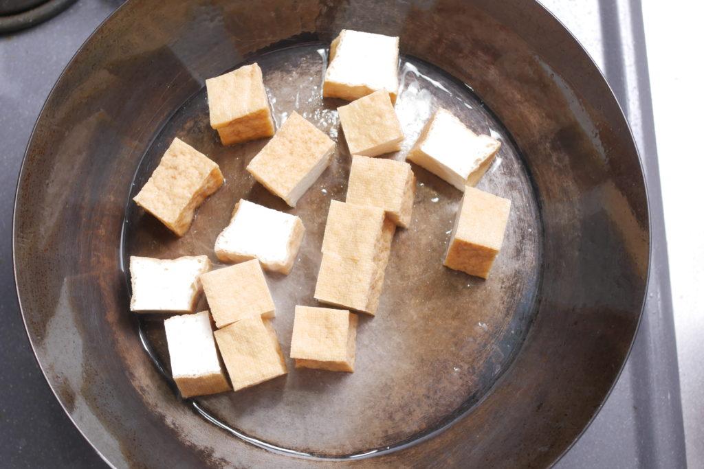 フライパンで厚揚げを焼く