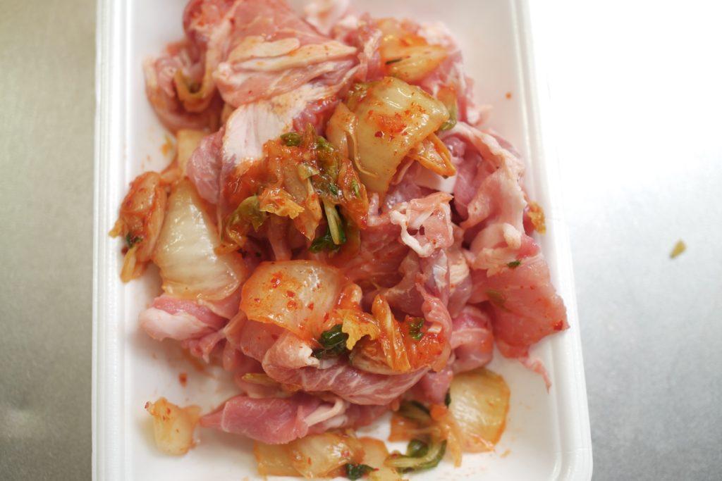 豚こま肉をキムチと和える